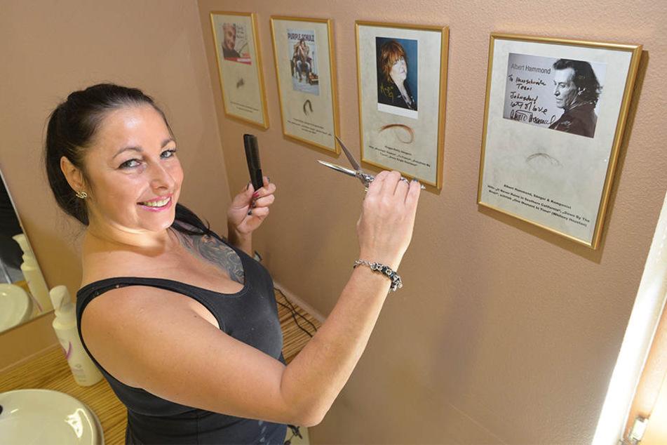 Friseurmeisterin Sandra Esche sammelt Promi-Haarsträhnen wie Autogramme.