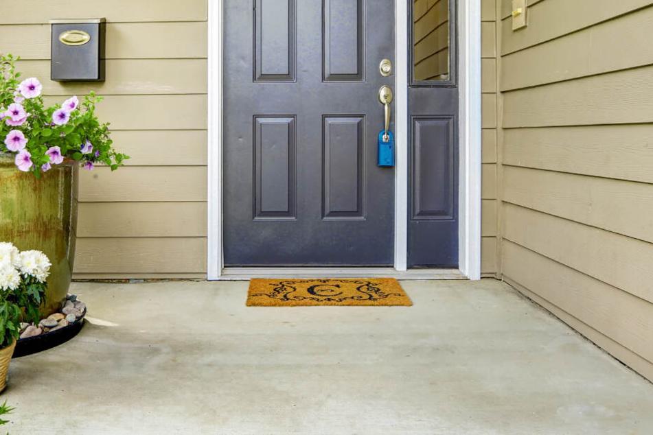 Statt des erwarteten Weihnachtsgeschenks fand die Frau vor ihrer Haustür lediglich einen Zettel.