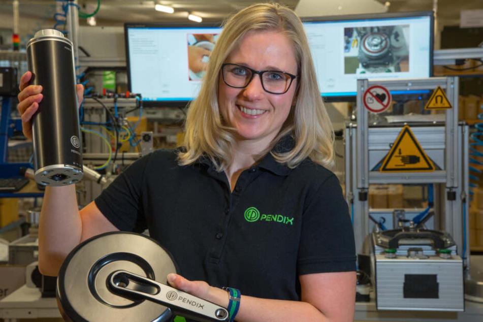 Carolin Hübner (36) von der Pendix-Marketingabteilung zeigt einen Akku mit einem Antrieb.