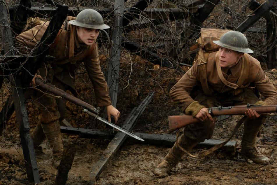 Lance Corporal Blake (l., Dean-Charles Chapman) und Lance Corporal Schofield (George MacKay) laufen auf ihrer Mission durch grausame Schlachtfelder.