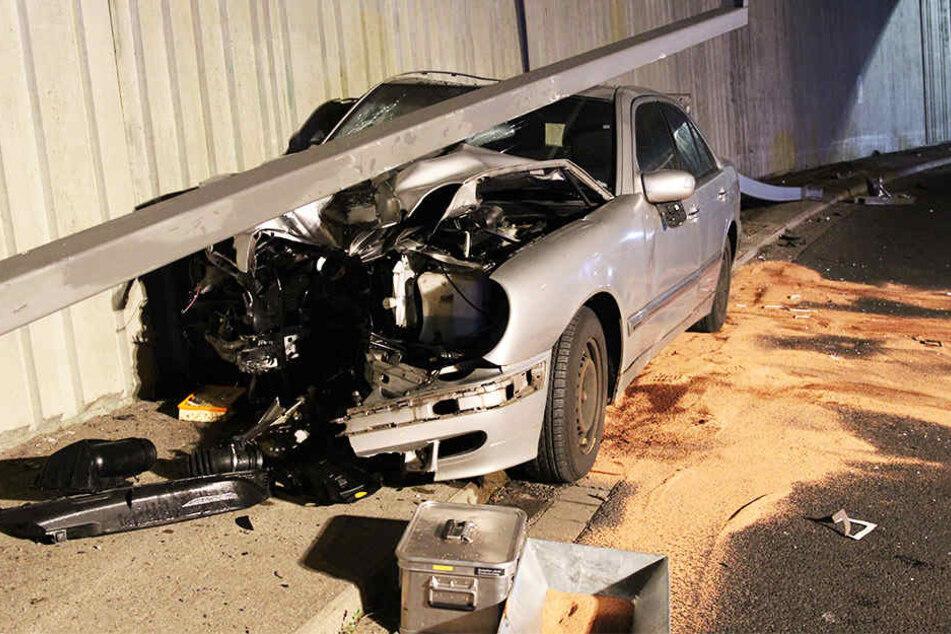 Erst raste er gegen die eingrenzende Betonwand, dann riss der Fahrer zwei Laternen aus der Verankerung. An dem Mercedes entstand ein Totalschaden.