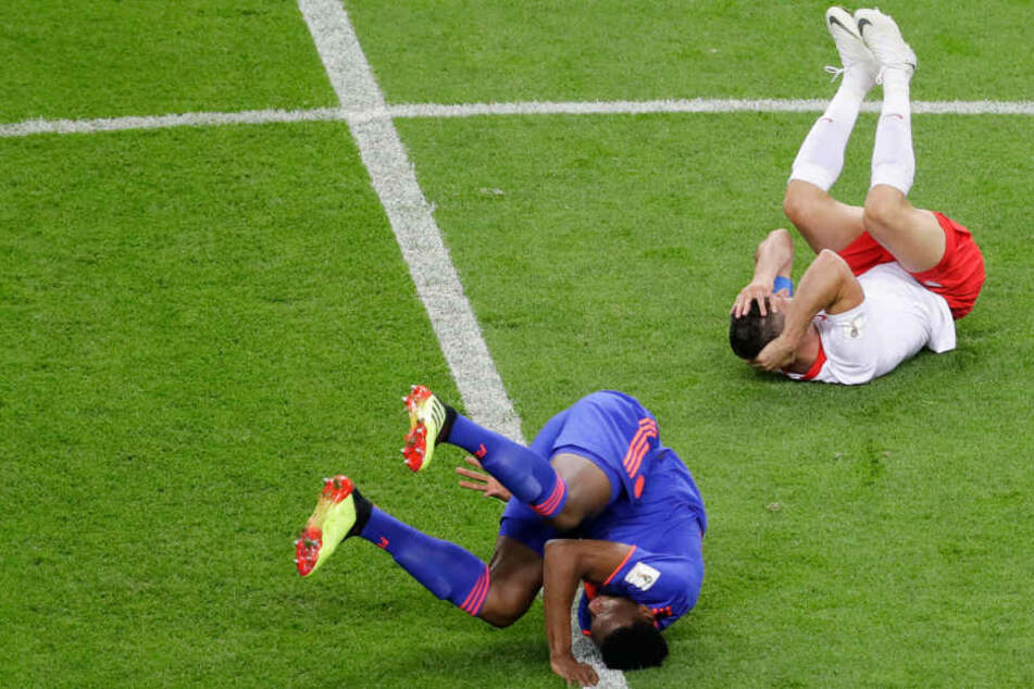 Eine bezeichnende Szene für das hartumkämpfte Spiel: Kolumbiens Torschütze Yerry Mina (vorne) und der glücklose polnische Kapitän Robert Lewandowski (hinten) am Boden.