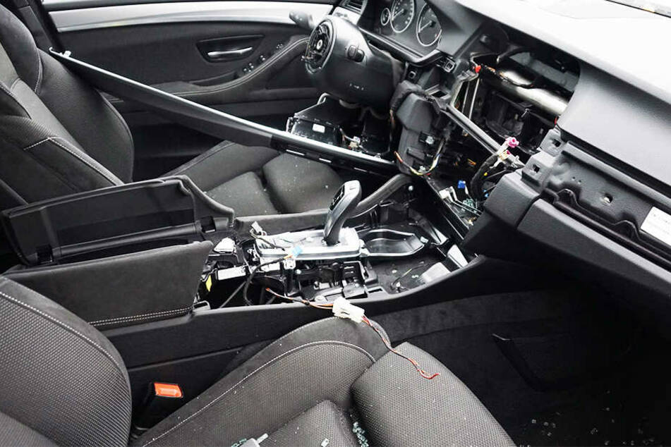 Aus diesem BMW wurden Lenkrad, Airbag und Multifunktionstastatur herausgerissen. Außerdem nahmen die Diebe Felgen samt Reifen mit.