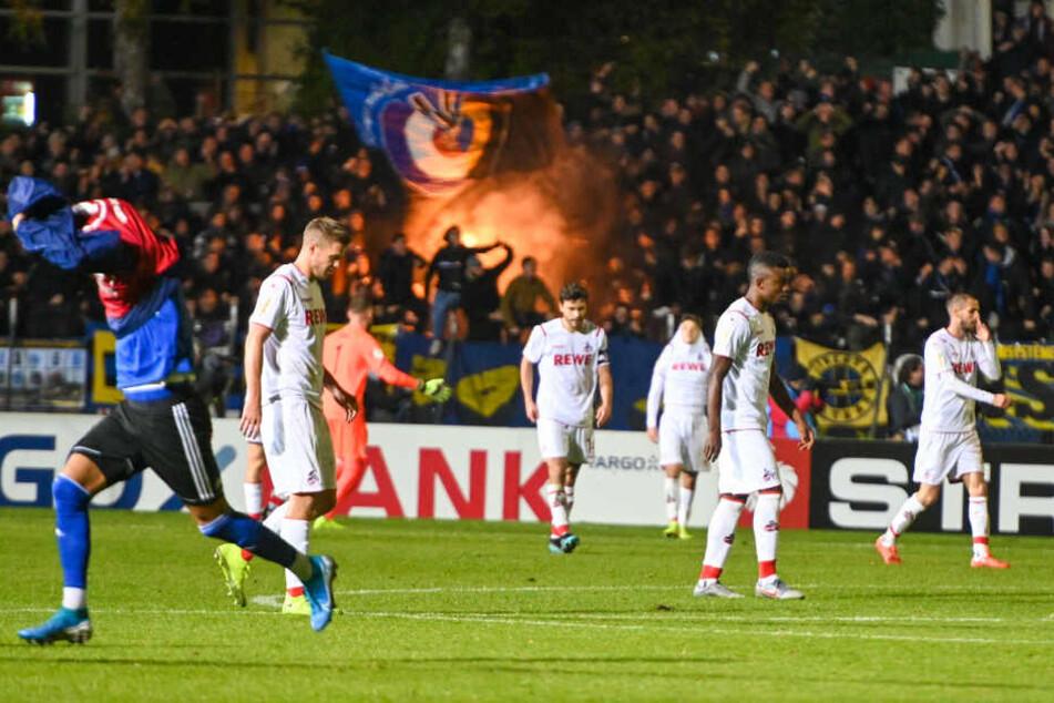 Spieler des 1. FC Köln stehen nach dem Saarbrücker Treffer zum 3:2 mit gesenkten Köpfen auf dem Platz.
