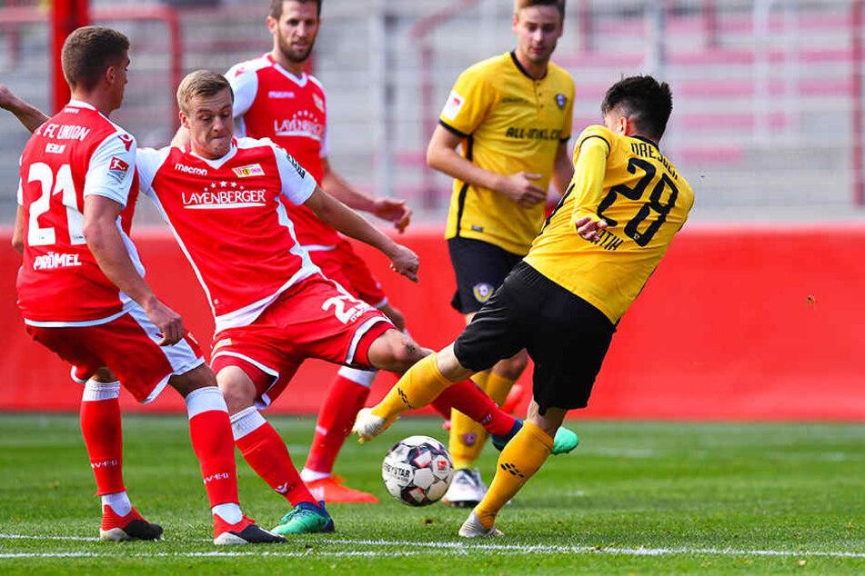 Dynamos Torschütze Baris Atik (r.) und Unions Felix Kroos (Zweiter von links) kämpfen um den Ball.