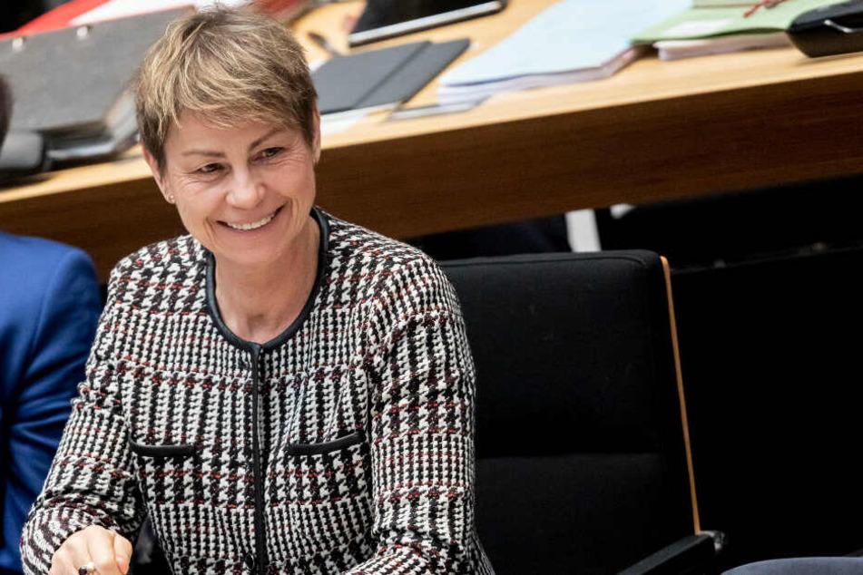 Elke Breitenbach (Die Linke), Arbeitssenatorin von Berlin, lächelt bei der 51. Plenarsitzung im Berliner Abgeordnetenhaus.