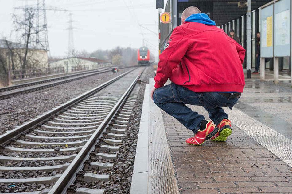 René J. versuchte, vom Gleis wieder hochzuklettern, doch die Täter hinderten ihn, warfen sogar sein Rad hinterher.