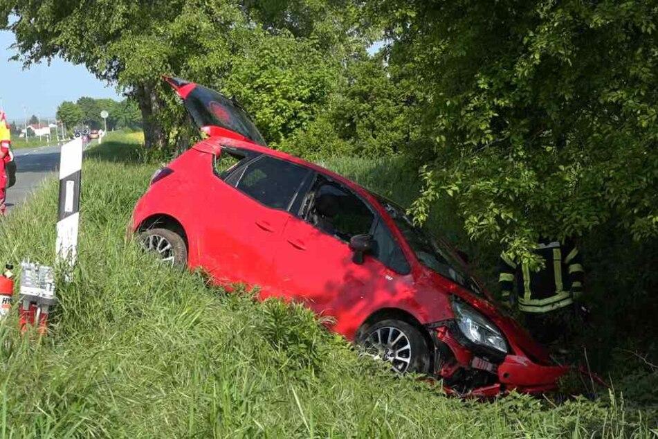 Der Opel des 72-Jährigen überschlug sich und kam im Graben zum Liegen.