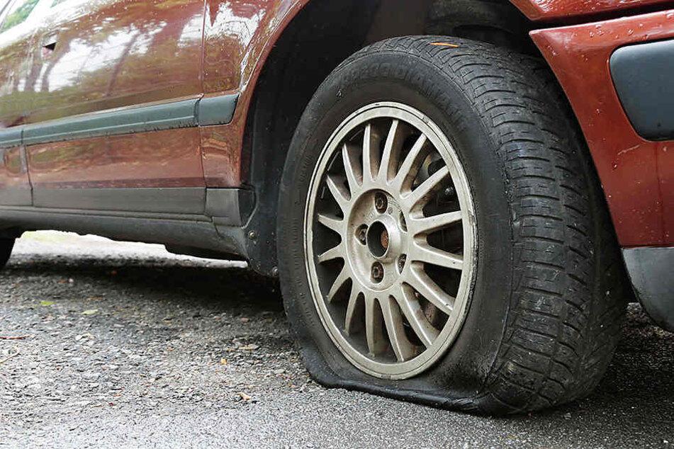 An insgesamt zehn Autos wurden Reifen beschädigt. (Archivbild)