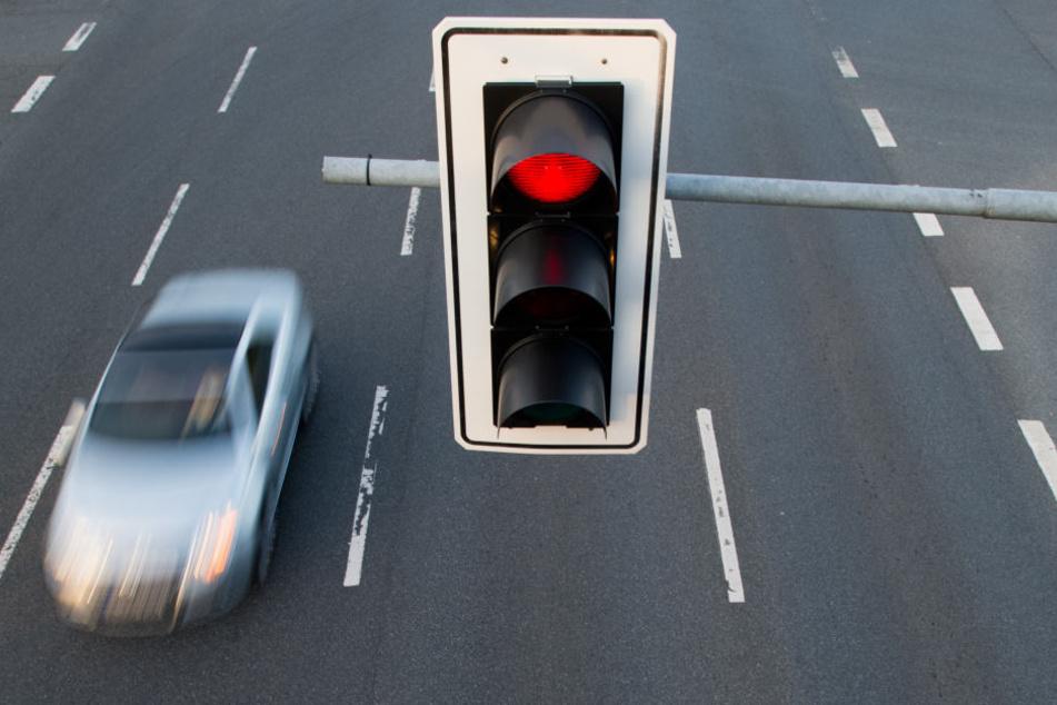 Der Rentner überfuhr eine rote Ampel (Symbolbild).