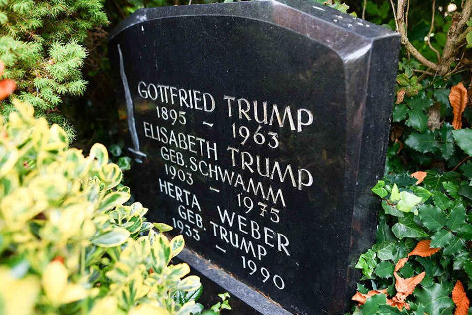"""Ein Grabstein mit der Aufschrift """"Gottfried Trump"""", """"Elisabeth Trump"""" und """"Herta Weber"""" steht auf dem Friedhof in Kallstadt."""
