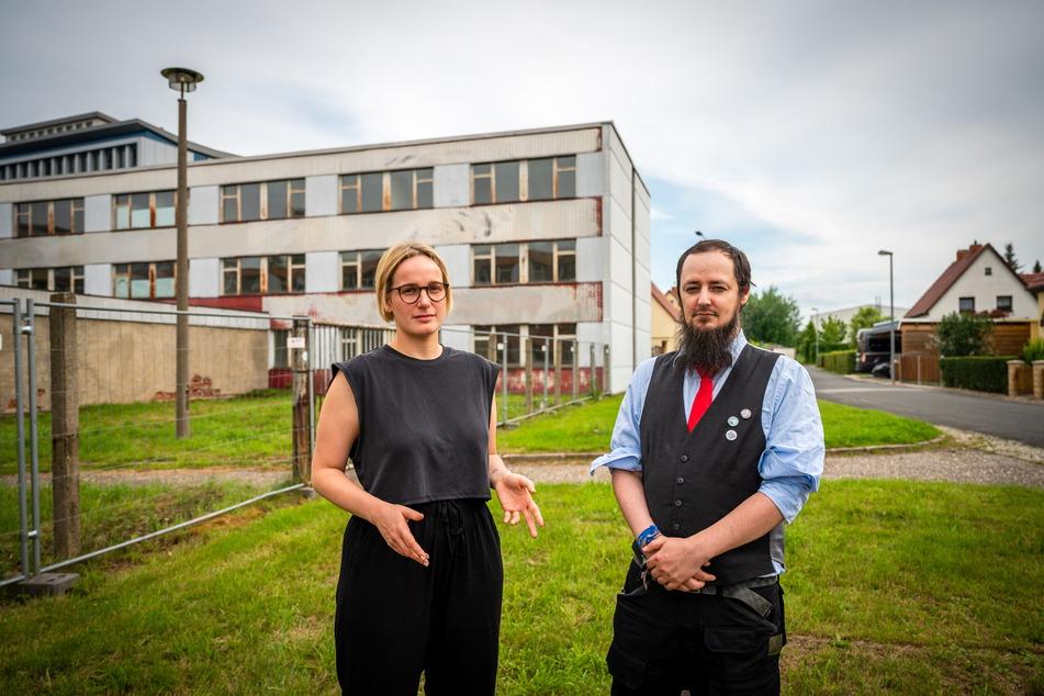 Die Stadträte Carolin Juler (22, Linke) und Sebastian Cedel (37, Die PARTEI) äußern Kritik: In den Gebäuden hinter ihnen soll eine Sammelunterkunft für Geflüchtete entstehen. Ausgerechnet in der Anton-Günther-Straße, wo einst ein Zwangsarbeiter-Lager stand.