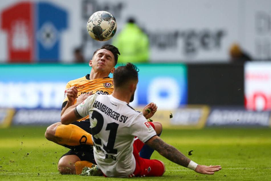 Tim Leibold geht rustikal gegen Dresdens Baris Atik in den Zweikampf.