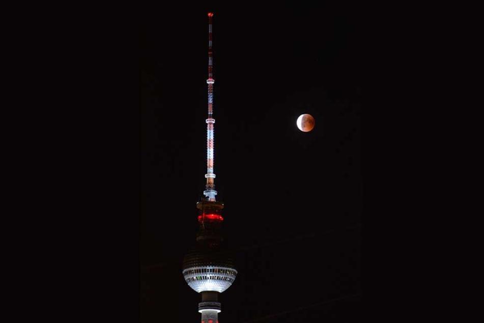 Auch in Berlin zeigte er sich: Hier taucht der Vollmond gerade in den Erdschatten ein.