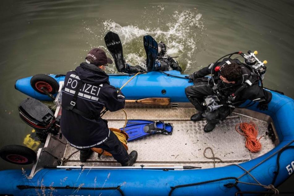 Die Thüringer Polizei ist mit Booten auf der Suche nach dem verschwundenen Jungen (Symbolbild).