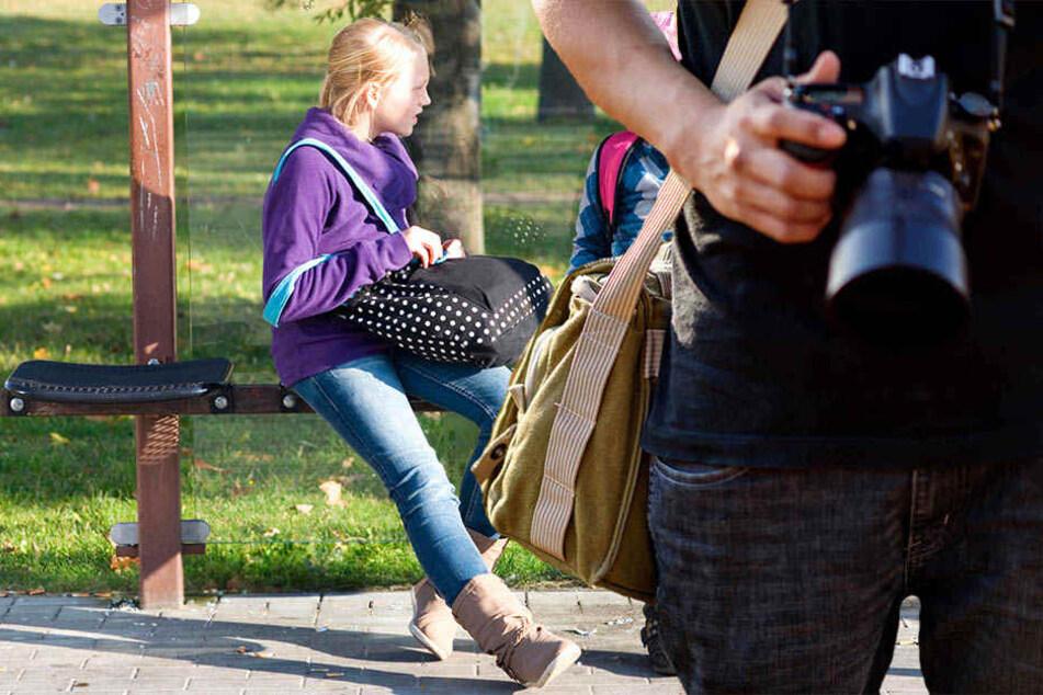 Mann filmt Kinder an Bushaltestelle und sorgt für Wirbel bei Polizei!