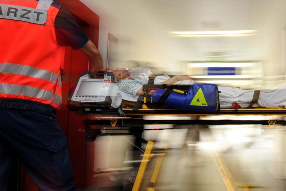 Der Mann wurde verletzt in eine Klinik gebracht (Symbolbild).