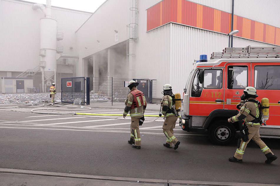 Großeinsatz der Feuerwehr: Brand auf Recycling-Hof in Neukölln