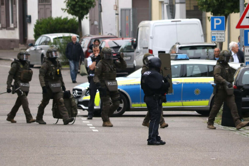 Das SEK stürmt eine Flüchtligsunterkunft in Leonberg. (Symbolbild)