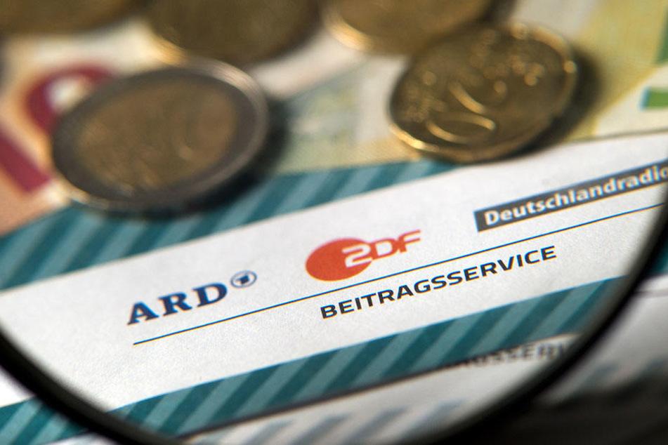 Frau weigert sich, Rundfunkgebühren zu zahlen und erpresst RBB