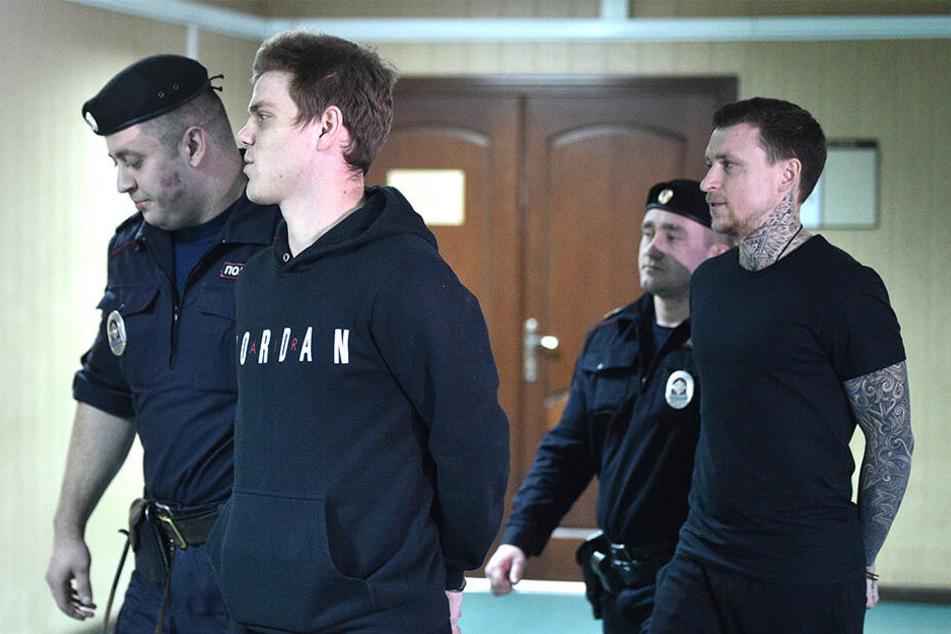 Alexander Kokorin (2.v.l.) und Pawel Mamajew (r.) müssen ins Straflager.