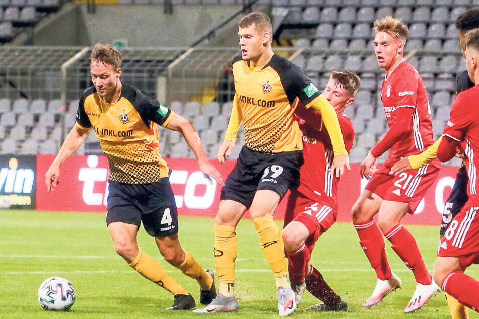 """Die Szene, die in München nichts mehr am Ergebnis änderte, aber für Magdeburg schmerzt: Tim Knipping kam nach einer Ecke an den Ball, ging früh zu Boden und wurde dann noch von Kevin Ehlers (2.v.l) """"gefoult"""". Knipping sah Gelb-Rot."""
