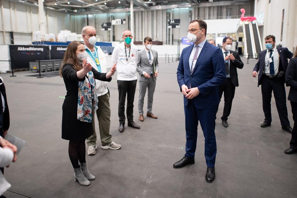 Jens Spahn (r, CDU), Bundesminister für Gesundheit, besucht das Impfzentrum in Hamburg und wird von Gesundheitssenatorin Melanie Leonhard (l, SPD) begrüßt.
