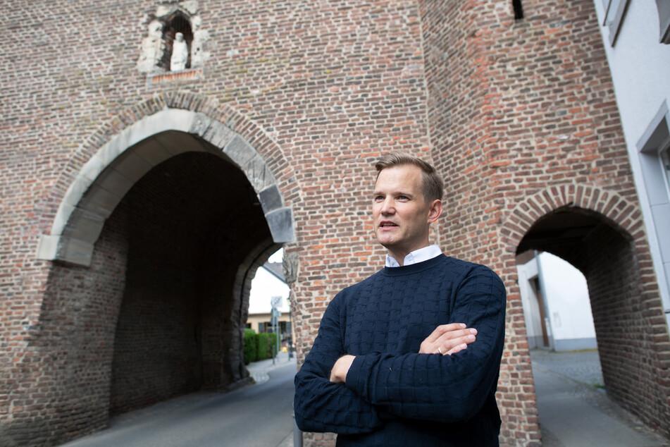 Hendrik Streeck, Direktor des Institut für Virologie an der Uniklinik in Bonn, geht durch Gangelt.
