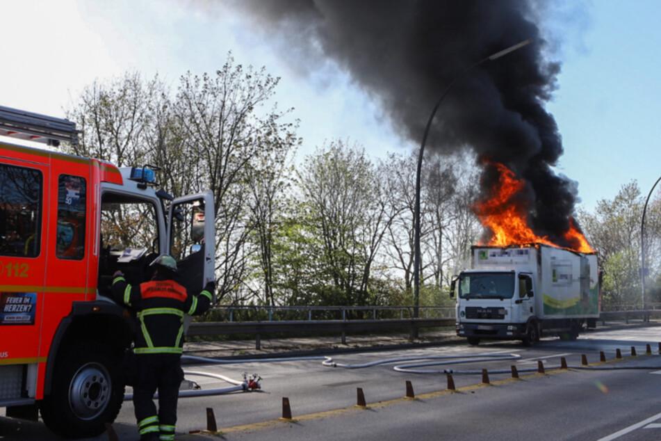 Dunkler Rauch über Hamburg: Lkw steht in Flammen