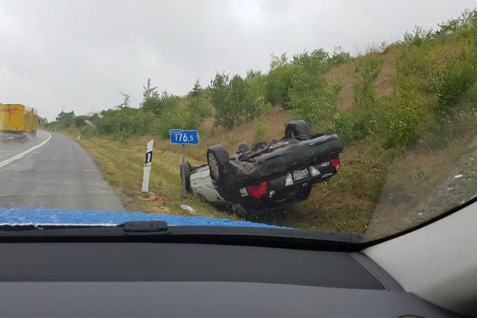 Das Polizeiauto hatte sich bei dem Unfall überschlagen und blieb auf dem Dach liegen.