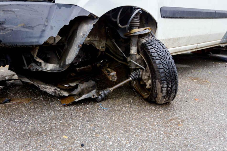 Transporter kracht in Landrover: Beide Fahrerinnen verletzt