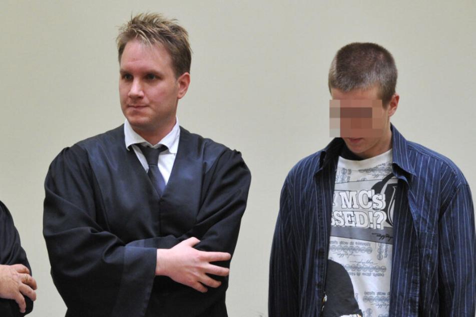 Der 19-jährige Markus S. (r) steht am 26.07.2010 in München bei der Urteilsverkündung neben seinem Anwalt Maximilian Pauls. Für seine Tat bekam er neun Jahre und zehn Monate wegen Mordes.