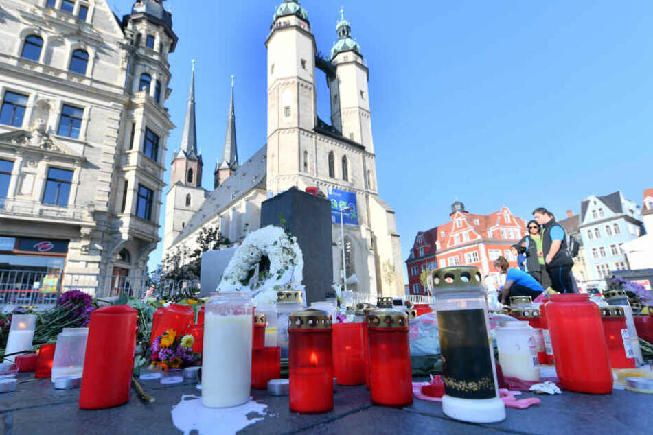Blumen und Kerzen auf dem Marktplatz in Halle im Gedenken an die Opfer des Halle-Anschlags.