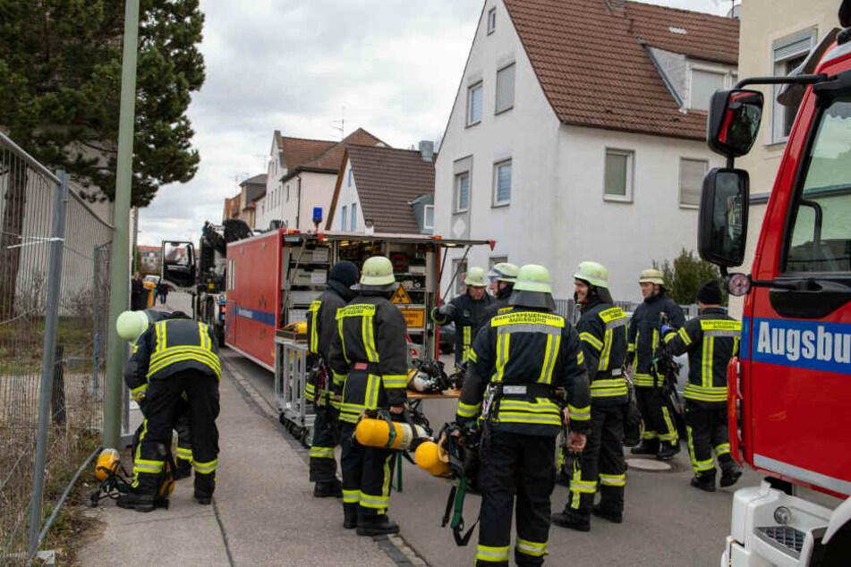 Die Feuerwehr musste mehrere Menschen aus dem Haus retten.