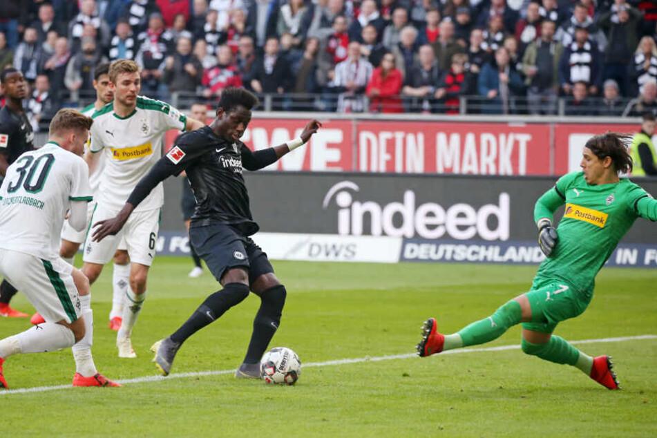 Danny da Costa trifft zur viel umjubelten Frankfurter Führung.