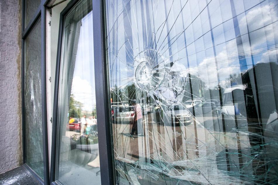 In Freiberg wurden an drei Schulen Fenster zerstört. Nun sucht die Polizei nach Zeugen. (Symbolbild)