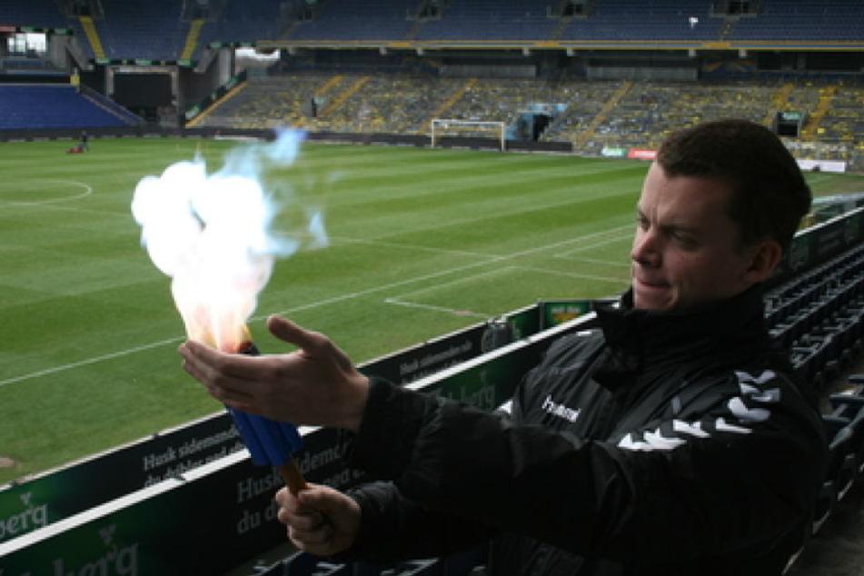 Der Fanbeauftragte von Brøndby IF, Lasse Bauer, zündet im Stadion eine Testversion der ungefährlichen Pyrotechnik.