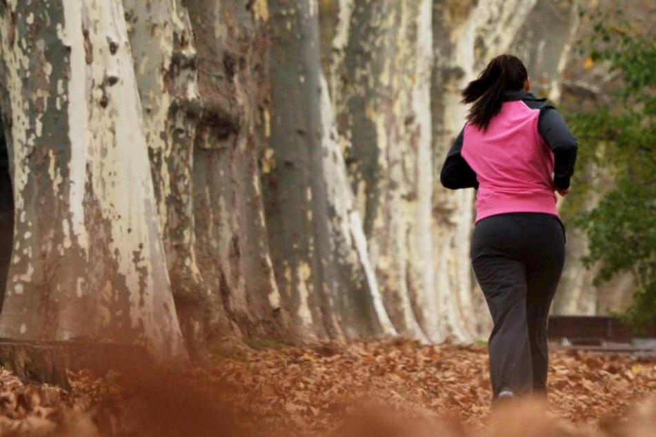 Erst lief er mit ihr, dann sprach er sie an, schlussendlich versuchte er ihr an den Hintern zu fassen. (Symbolbild)