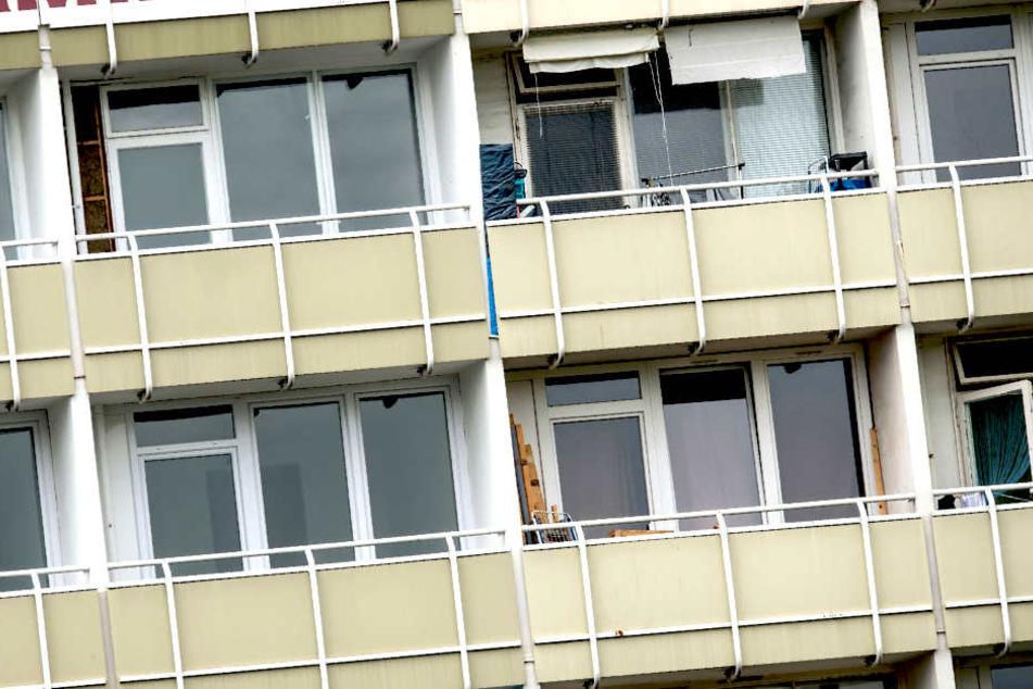 Warum das Kind vom Balkon fiel, wird jetzt von Polizei und Jugendamt ermittelt.