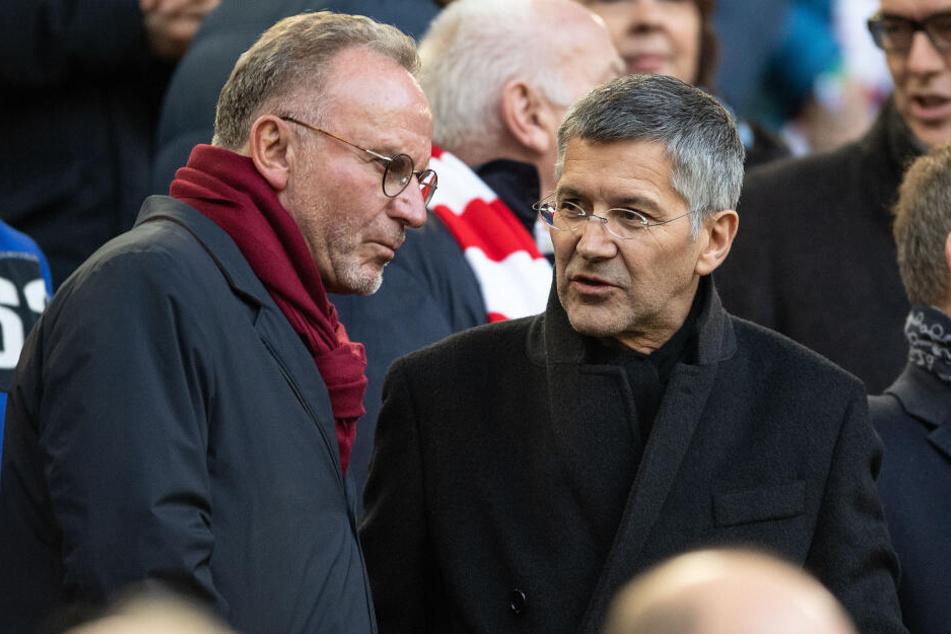 Bayerns Vorstandsvorsitzender Karl-Heinz Rummenigge (l) und Präsident Herbert Hainer unterhalten sich vor der Partie auf der Tribüne.
