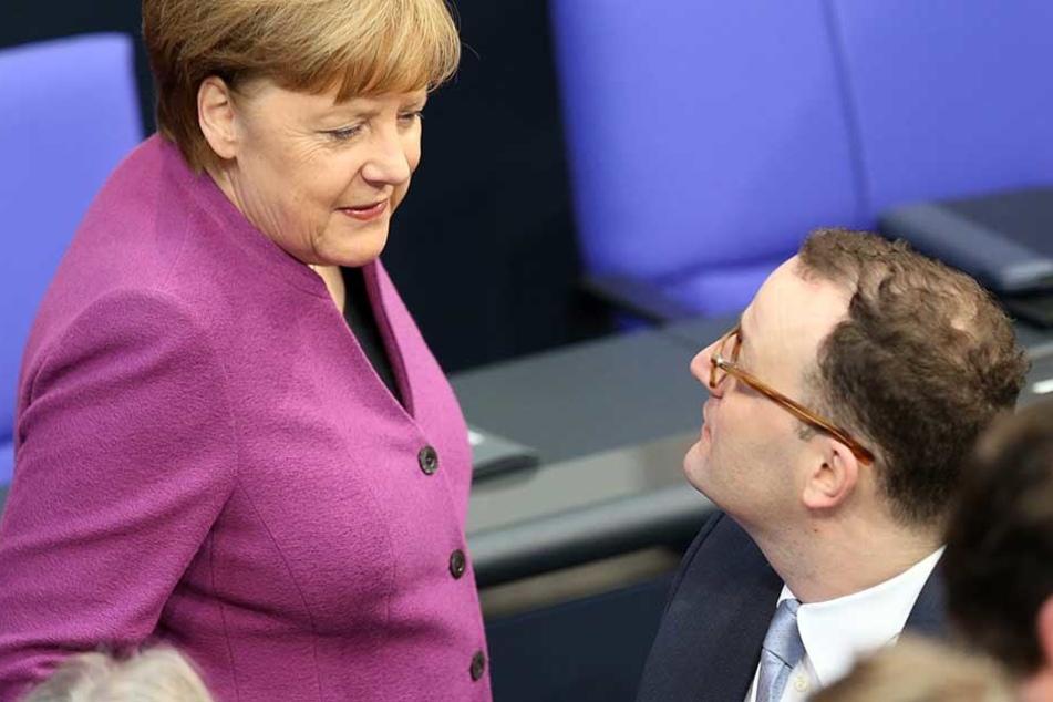 Angela Merkel im Gespräch mit ihrem Kritiker, dem konservativen CDU-Politiker Jens Spahn.