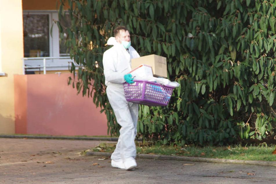 Die Spurensicherung ist am vermutlichen Tatort in Böblingen und sichert Spuren.