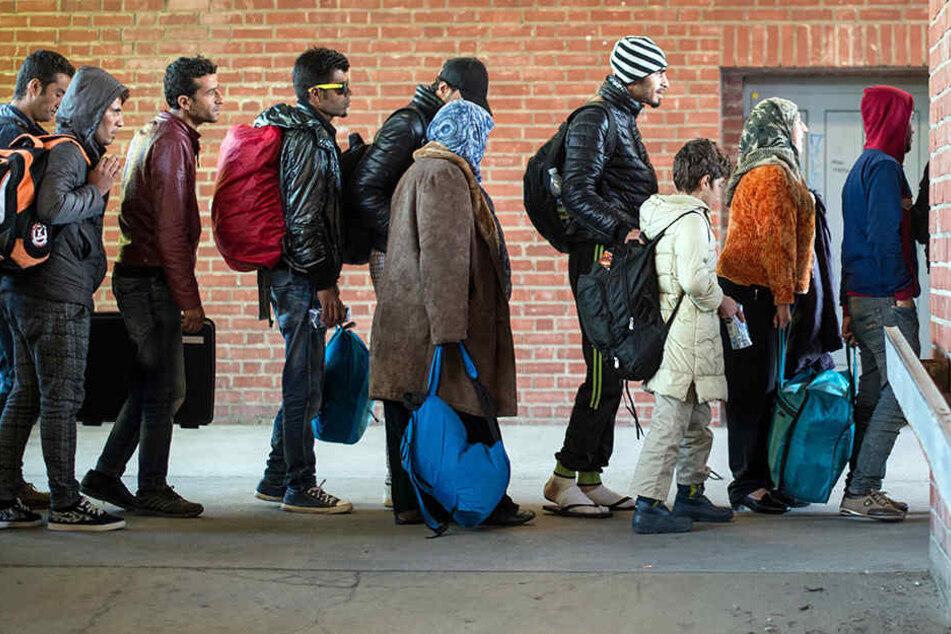 Flüchtlinge, die zuvor mit einem Sonderzug angekommen waren, warten im Oktober 2015 am Bahnhof in Schönefeld (Brandenburg).