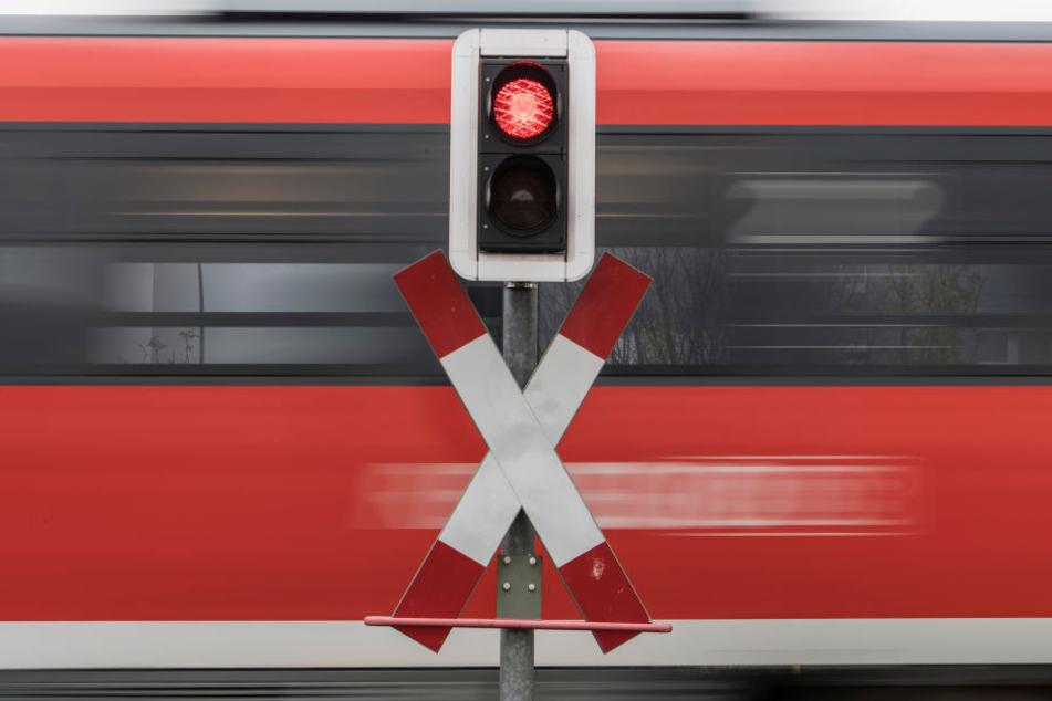 In Langeneichstädt (Saalekreis) ist an einem unbeschrankten Bahnübergang ein Zug mit einem Pkw zusammengestoßen. Dessen Fahrer starb. (Symbolbild)