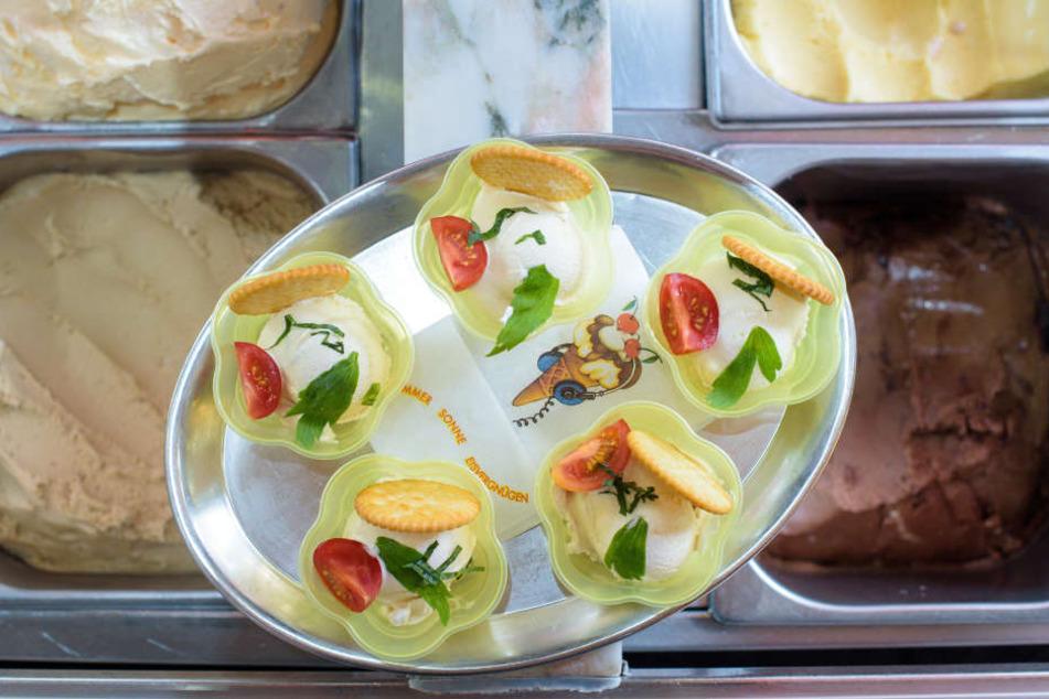 In diesem Eiscafé gibt's jetzt Maggi-Eis, dekoriert mit Tomate, Basilikum, Liebstöckel und einem Salzcracker.