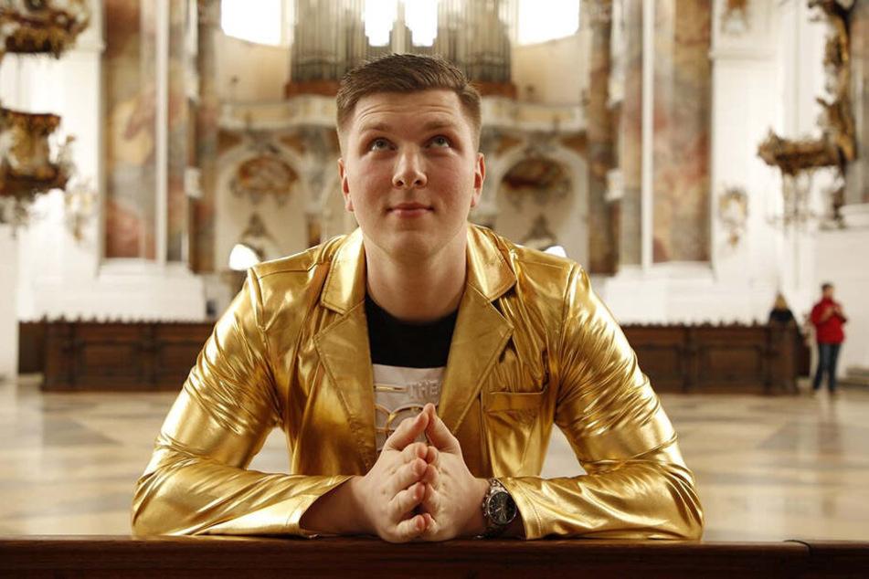Beten statt Party: Jonny René (23) nimmt für das TV-Format auf der Kirchenbank platz.
