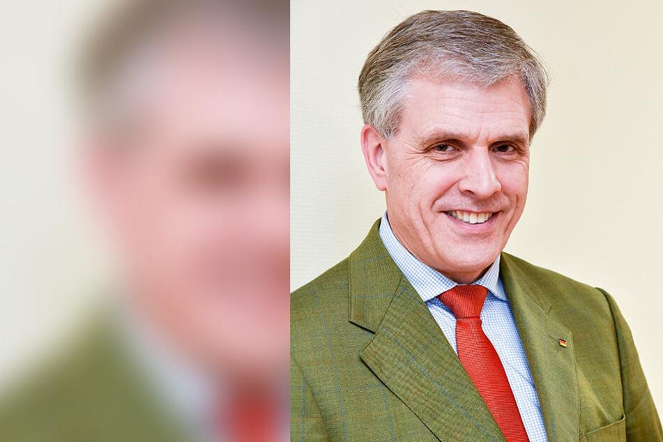 Landtagsabgeordneter Peter Patt (56, CDU) ärgert sich über abgewetzte Plakate im Stadtgebiet.