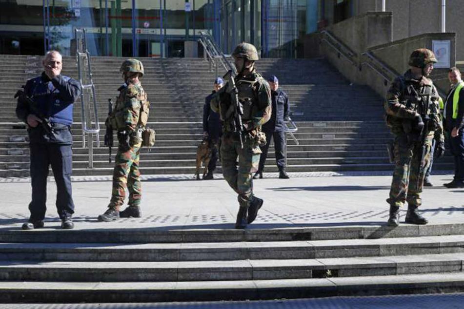 Ein Großaufgebot der Polizei rückte aus, durchkämmte den Nordbahnhof sowie das angrenzende Gebäude der Brüsseler Staatsanwaltschaft.