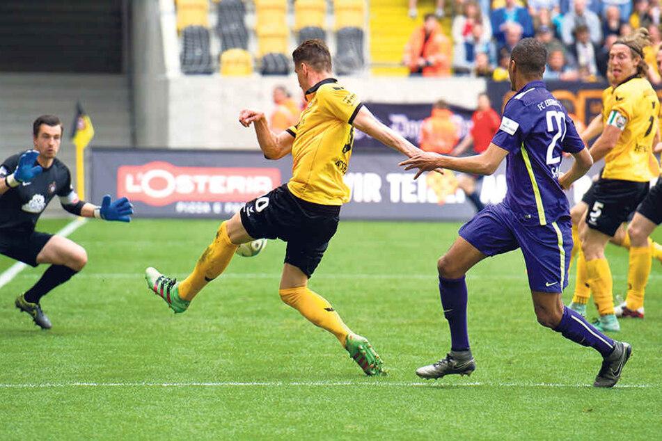 Martin Männel (l.) greift sich gleich den Ball von Dynamo-Stürmer Stefan Kutschke. Am 30. April trennten sich beide Teams 1:1. Mit diesem Resultat wäre der FCE-Kapitän am Sonntag zufrieden.