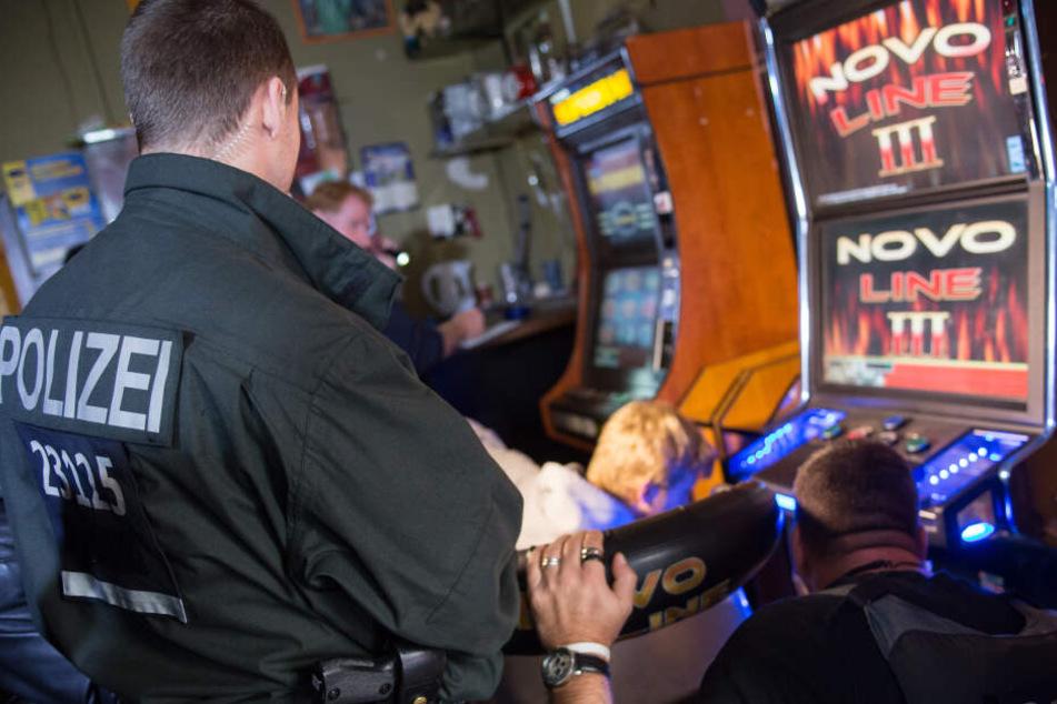 Regelmäßige Durchsuchungen von Casinos sollen dabei helfen, illegales Glücksspiel aufzudecken.